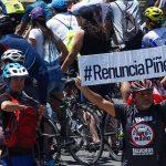 Carovana di ciclisti manifesta davanti alla residenza di Piñera a Santiago del Cile