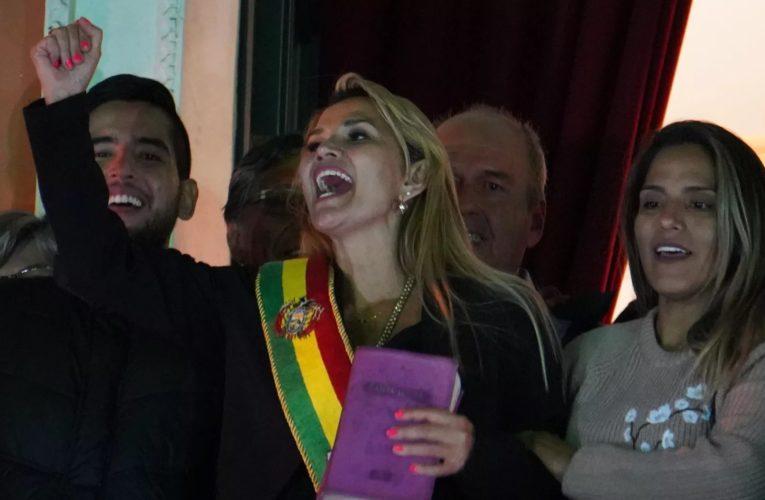 Bolivia: la senatrice golpista Jeanine Áñez si autoproclama presidente ad interim