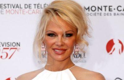 "Pamela Anderson a sostegno del fondatore di Wikileaks: ""Liberate Julian Assange"""
