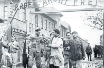 Ripetete con noi: il campo di Auschwitz è stato liberato dall'URSS