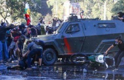 Repressione inaudita in Cile: giovane investito da due blindati della polizia militare