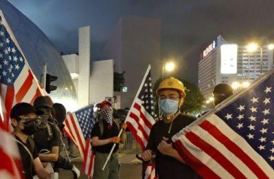L'AntiDiplomatico mostra i manifestanti di Hong Kong con le bandiere occidentali