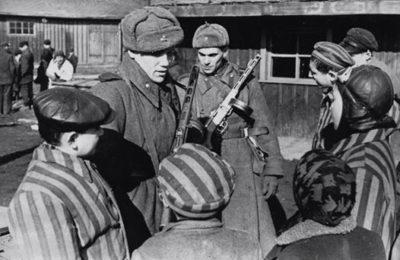 """Per la Commissione Europea gli """"alleati"""" hanno liberato Auschwitz, la risposta dello storico Alessandro Barbero"""