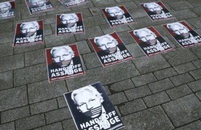 """Un amico di Assange: """"Julian mi ha chiamato e raccontato come sta morendo lentamente"""""""