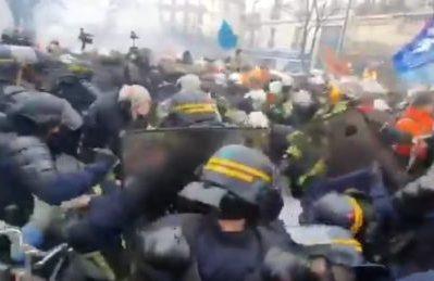 Francia, la polizia di Macron manganella i pompieri in sciopero (video)