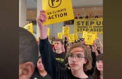 Washington D.C, giovani attivisti per il clima occupano il Campidoglio per una lezione sul Green New Deal: arrestati