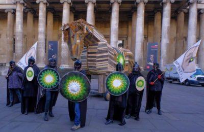 Attivisti per il clima portano il Cavallo di Troia al British Museum per protestare contro gruppo BP