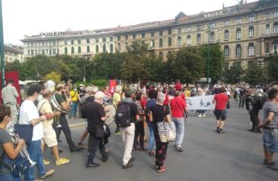 Milano, una giornata di resistenza, sberleffi e solidarietà