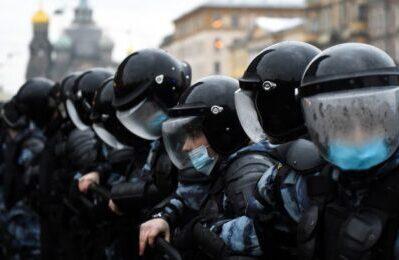 Mosca, la Guardia Nazionale offre tè caldo e mascherine ai manifestanti